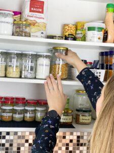 KonMari meetod – korras kodu muudab sinu elu! Teadmised ja praktilised oskused, kuidas kodu koristamine lihtsaks ja meeldivaks muuta.
